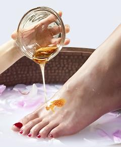 Honey poured on the guest's foot