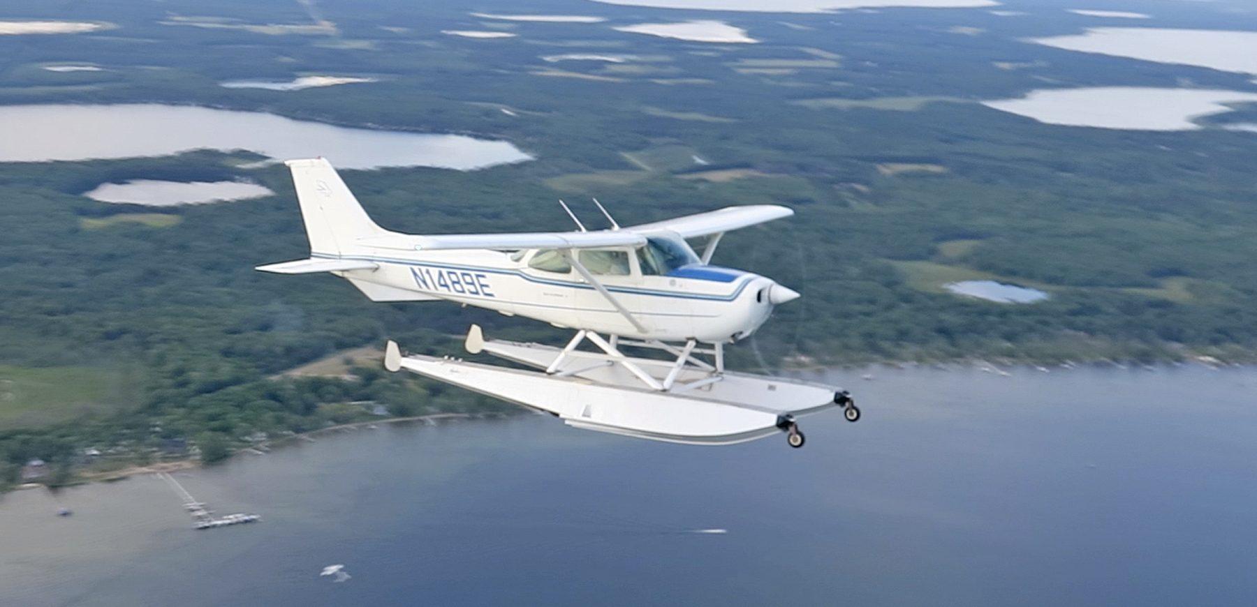 172 Amphib Seaplane in Flight